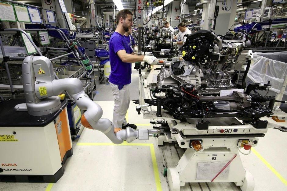 In der Produktion des VW Golf in Wolfsburg werden bereits Roboter eingesetzt, die Arbeiten an besonders schwer zugänglichen Stellen übernehmen.