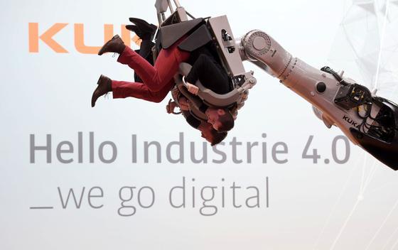Industrie 4.0 stellt eine Menge Gewohnheiten in der Produktion auf den Kopf. Natürlich ist Industrie 4.0 auch ein großes Thema der Hannover Messe.