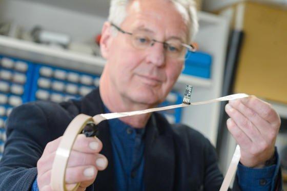 Das Sensorkabel, das die Forschergruppe von Professor Uwe Hartmann entwickelt hat, erfasst einige Meter um sich herum alles, was das Erdmagnetfeld ändert. Der Sensor liegt normalerweise flach auf dem Kabel.