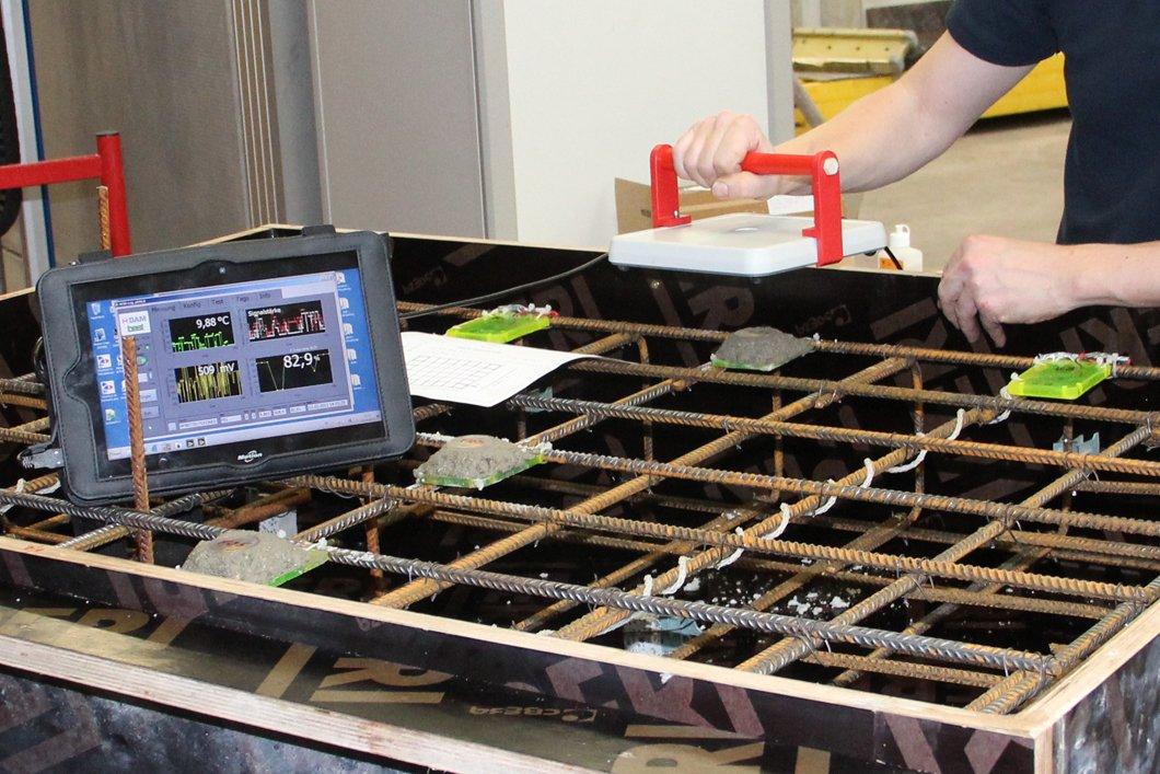 RFID-Sensoren lassen sich drahtlos auslesen, wie dieser Prototyp in einer Stahlbetonschalung zeigt.