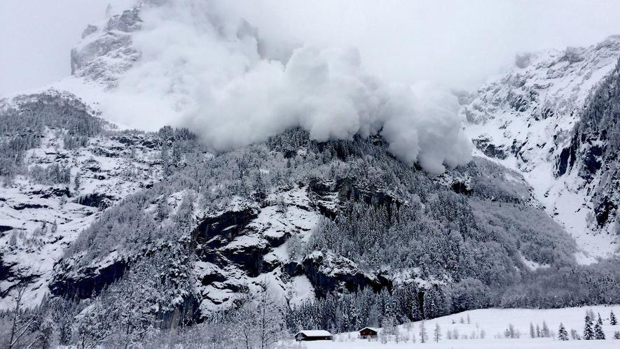 Lawinenabgang am Galtiberg in der Schweiz: Bochumer Ingenieure der Ruhr-Universität haben einen Sensor entwickelt, der detaillierte Daten aus dem Inneren einer zu Tal donnernden Lawine liefern kann.
