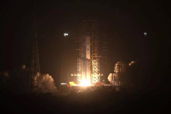 """Eine Trägerrakete vom Typ """"Langer Marsch 7"""", bestückt mit dem unbemannten Cargo-Raumschiff """"Tianzhou 1"""", startet am 20. April 2017 in Wenchang. Der Jungfernflug von """"Tianzhou 1"""" (Himmlisches Schiff) ist ein wichtiger Schritt für den Bau der geplanten chinesischen Raumstation, die um das Jahr 2022 fertiggestellt werden soll."""