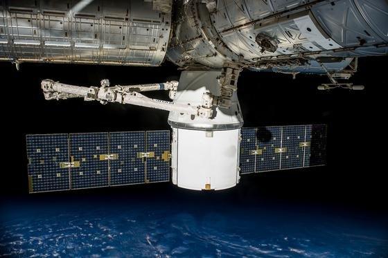 Die Raumkapsel Dragon vor der Wasserung: Sie kann als einziger Frachter unbeschadet von der ISS zur Erde zurückkehren. Andere Transporter verglühen beim Wiedereintritt in die Erdatmosphäre und werden zum Millionen Dollar teuren Feuerwerk.