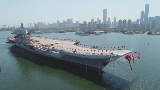 Chinas erster selbst gebauter Flugzeugträger hat heute das Trockendock in der nordostchinesischen Hafenstadt Dalian verlassen. Voraussichtlich 2020 soll das Schiff seinen Dienst aufnehmen.