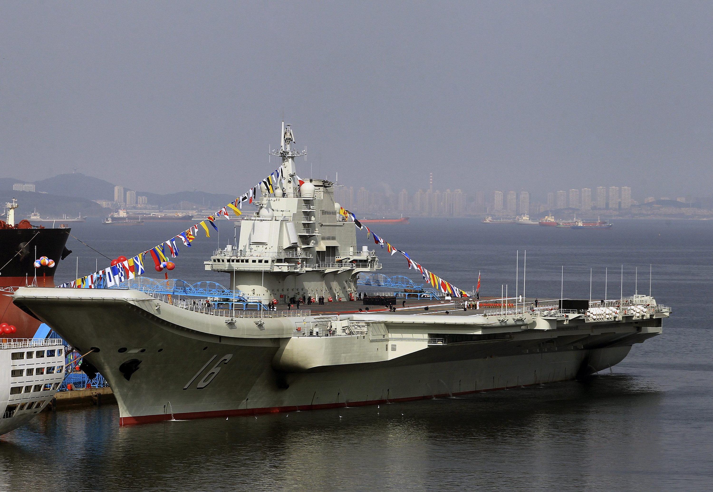 Der chinesische Flugzeugträger Liaoning im Hafen von Dalian. In der dortigen Werft und zwei weiteren Werften entstehen auch die nächsten großen Flugzeugträger des Landes.
