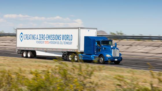 Der Wasserstoff-Truck von Toyota: Die Brennstoffzellen sind in dem blauen Kasten direkt hinter dem Führerhaus untergebracht.