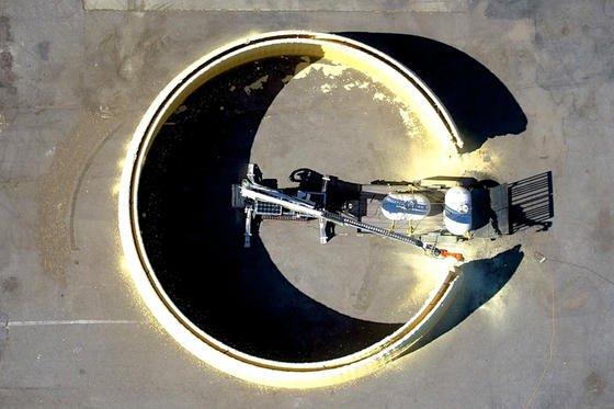 3D-Drucker im Einsatz: In 14 Stunden druckt der mobile Bauarbeiter die 3,65 m hohen Außenwände einer Kuppel mit 15 m Durchmesser.