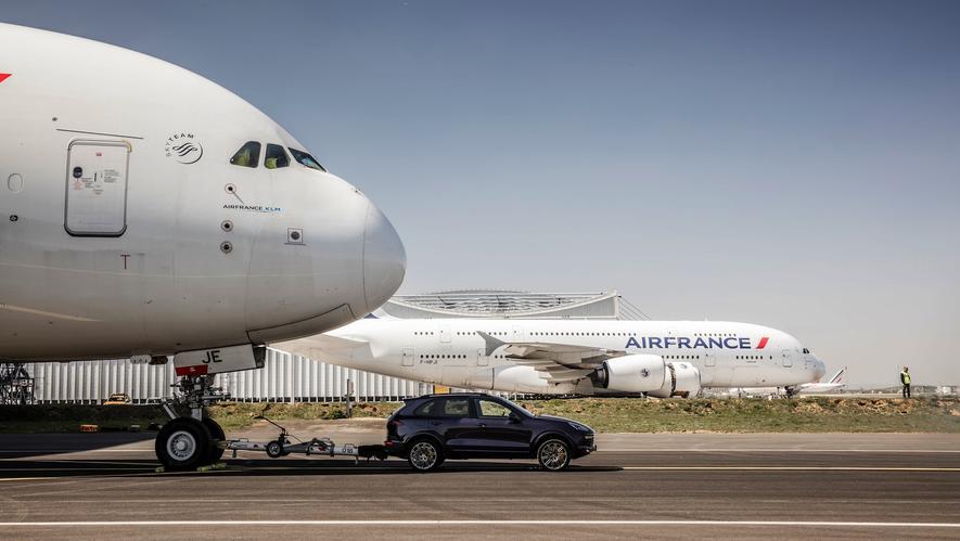 Porsche zieht Super-Airbus A380 zum Rollfeld