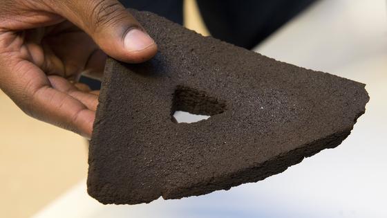 So sieht er aus, der erste Stein für ein Dorf auf dem Mond, gebacken im DLR-Zentrum in Köln. Nur aus Mondstaub und mit der Hitze aus Sonnenlicht wurde der Stein hergestellt.