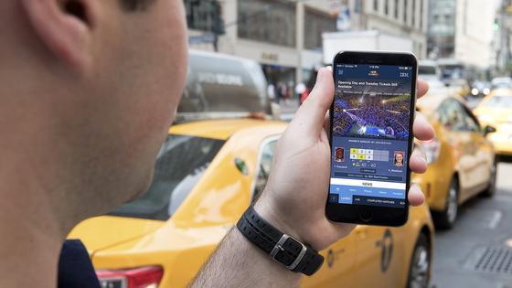 Nachricht zu den US Open in New York auf einem Smartphone: Forscher der TU Brauchschweig haben herausgefunden, dass inzwischen 234 Apps für Android-Smartphones unbemerkt Informationen per Ultraschall mit internetfähigen Geräten austauschen und private Daten übermitteln.