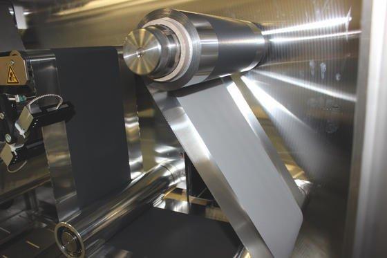 Herstellung der Bipolar-Elektrode im Technikums-Maßstab:Die Suspension bringt das Fraunhofer IKTS im Rolle-zu-Rolle-Verfahren auf die Folie auf.