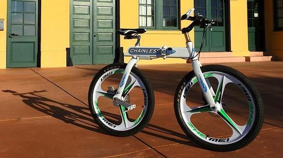 Das Chainless S1 ist ein Fahrrad ohne Fahrradkette und mit beweglichem Hinterrad. So kann man besonders enge Kurven fahren.