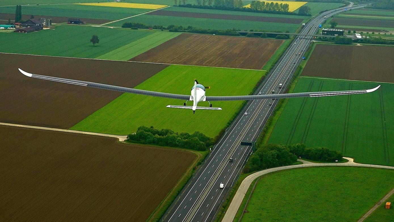 Der Jungfernflug der Elektra-2 mit einem Piloten an Bord gelang über der StadtPayerne in der Schweiz. Angetrieben wird das Flugzeug allein durch den Strom, den die Solarzellen auf den Tragflächen liefern.