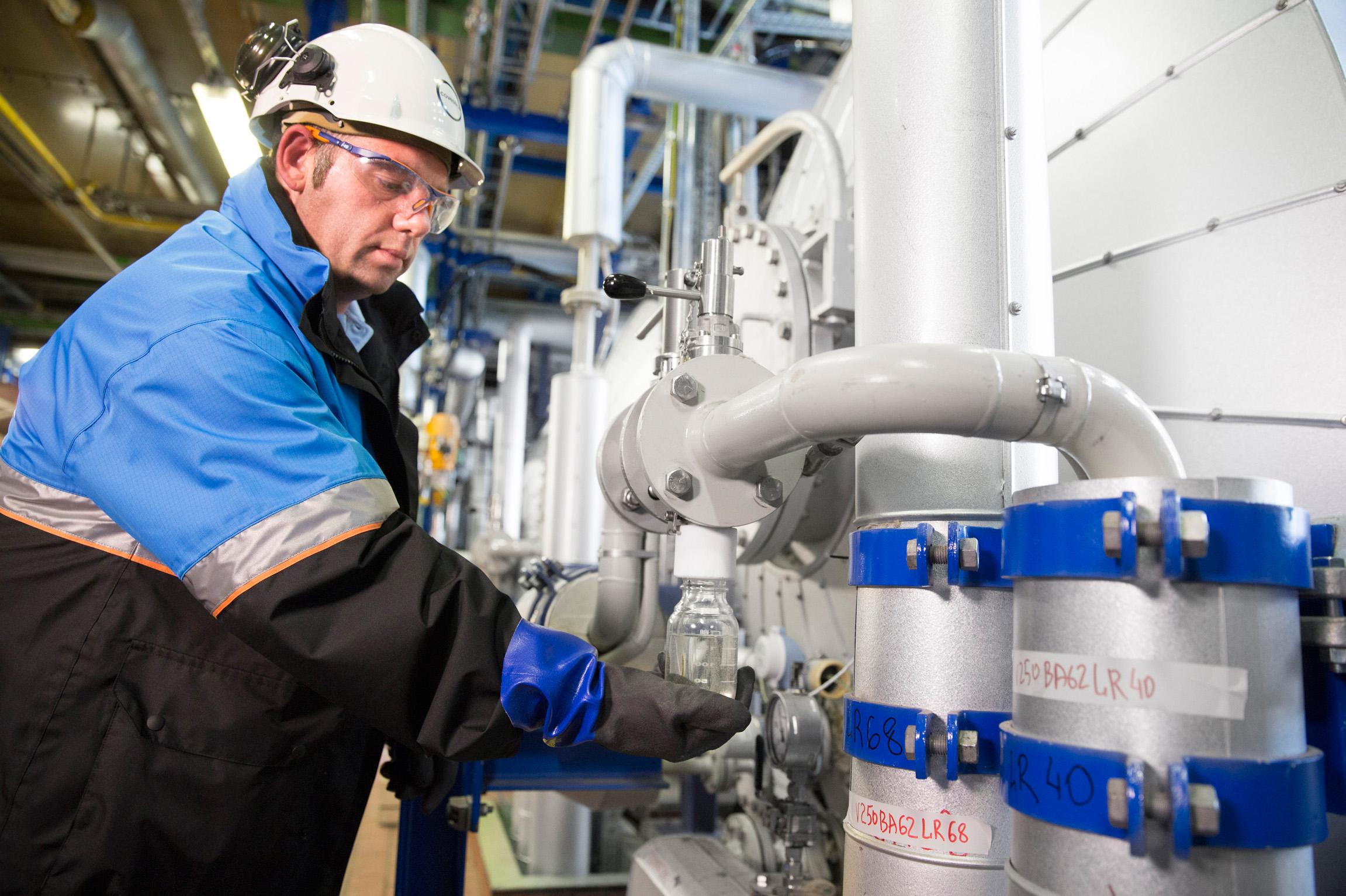 Kohlendioxid statt Erdöl: Covestro hat erstmals eine Schaumstoff-Komponente mit CO2 hergestellt. Dabei werden 20 Prozent des konventionellen erdölbasierten Rohstoffs eingespart.
