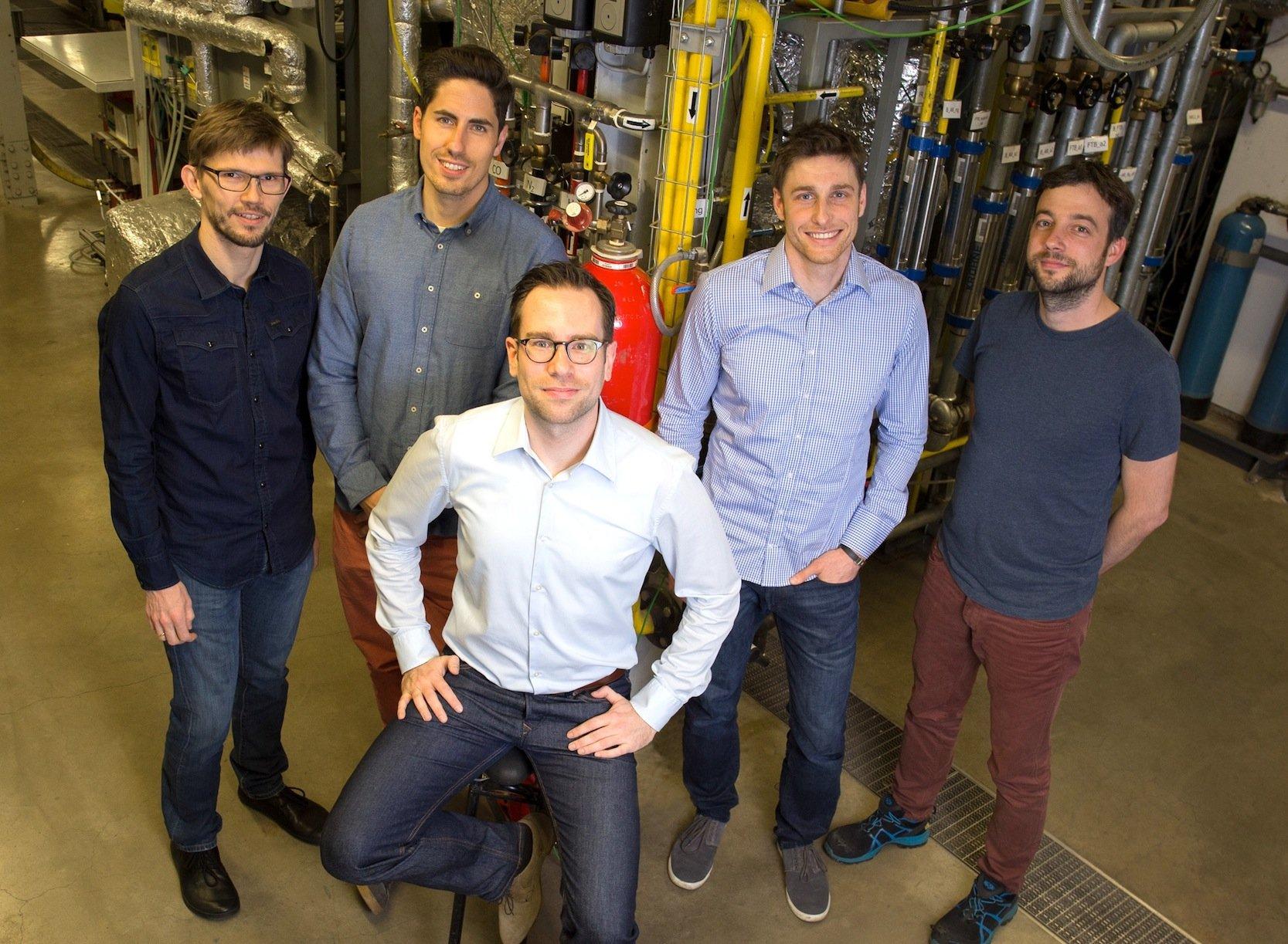 Diese Ingenieure der TU Wien haben das Verfahren entwickelt, bei dem Gas verbrannt wird, ohne dass CO2 in die Luft geblasen wird(v.l.n.r.):Karl Mayer, Robert Pachler, Stefan Penthor (sitzend), Michael Stollhof und Stephan Piesenberger.