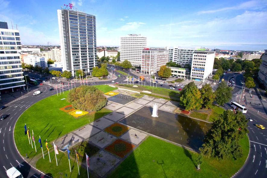 Am Ernst-Reuter-Platz in Berlin startet Deutschlands erste Teststrecke für autonom fahrende Autos im Stadtverkehr. Hier betreibt auch die Telekom ein Forschungszentrum. Der Konzern beteiligt sich an der Teststrecke.