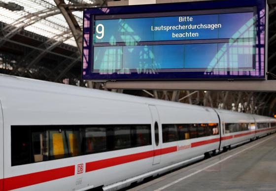 Auch die Deutsche Bahn ist vom weltweiten Hackerangriff betroffen: Anzeigetafeln und Fahrkartenautomaten funktionieren oft nicht mehr, wie hier im Leipziger Hauptbahnhof. Weltweit sollen mehr als 200.000 Unternehmen, Behörden und Privatpersonen betroffen sein.