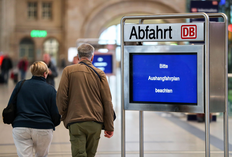 Gehackte Fahrplanauskunftim Hauptbahnhof Leipzig: Weltweit sind auch andere Großunternehmen wie Telefonica, Renault und Nissan betroffen.