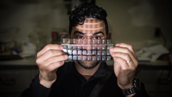 Nelson Sepulvedamit seiner Folie, die nicht nur elektrische Energie aus menschlicher Bewegung erzeugen, sondern auch als Lautsprecher und Mikrofon fungieren kann.