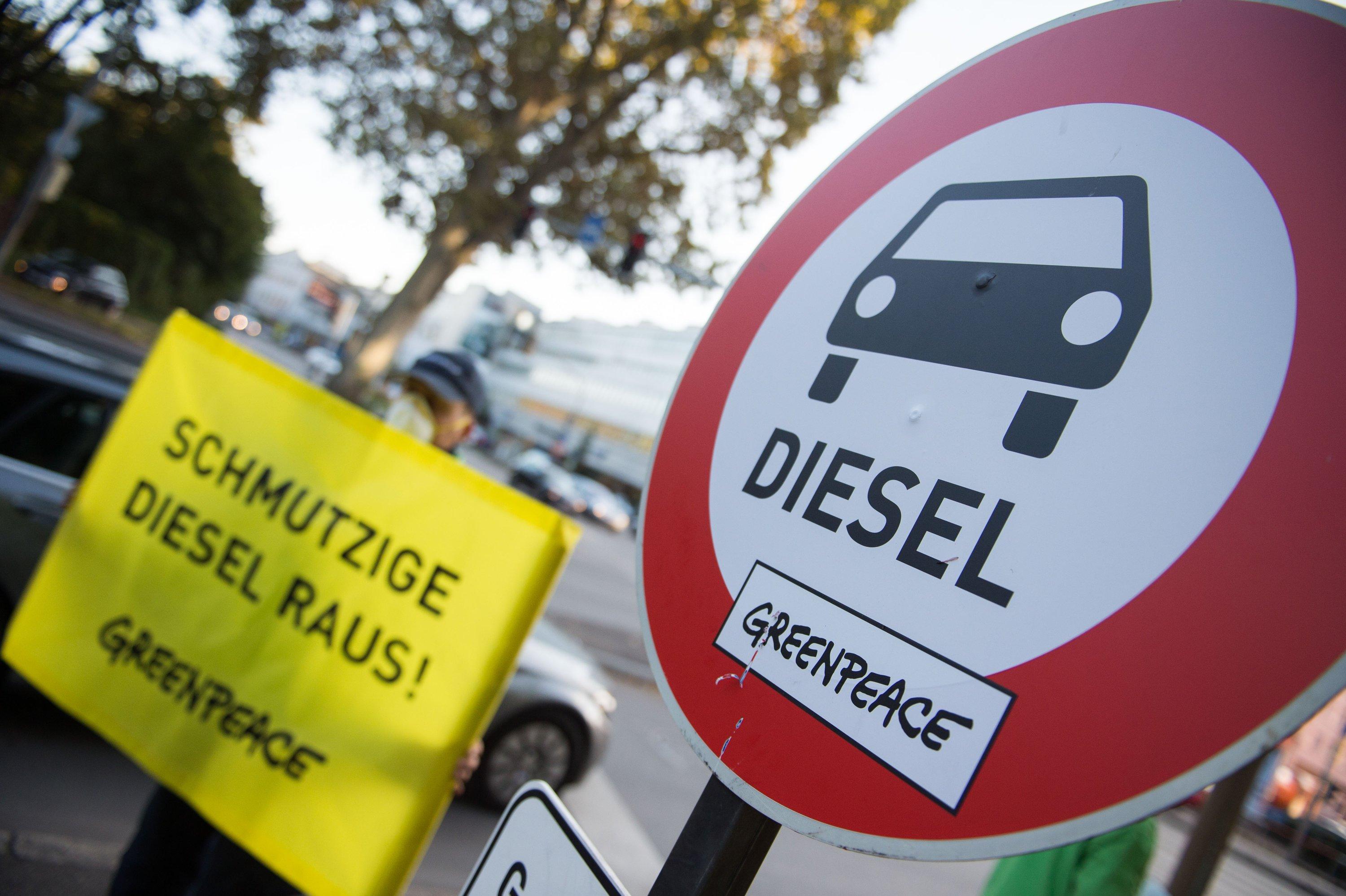 Greenpeace-Protest gegen Dieselautos: Der Dieselmotor gerät immer stärker unter Druck. Bei den ersten Fahrverboten für Euro-5-Diesel im kommenden Jahr dürften deren Restwerte in den Keller rauschen. Dabei sind diese Autos erst wenige Jahre alt.