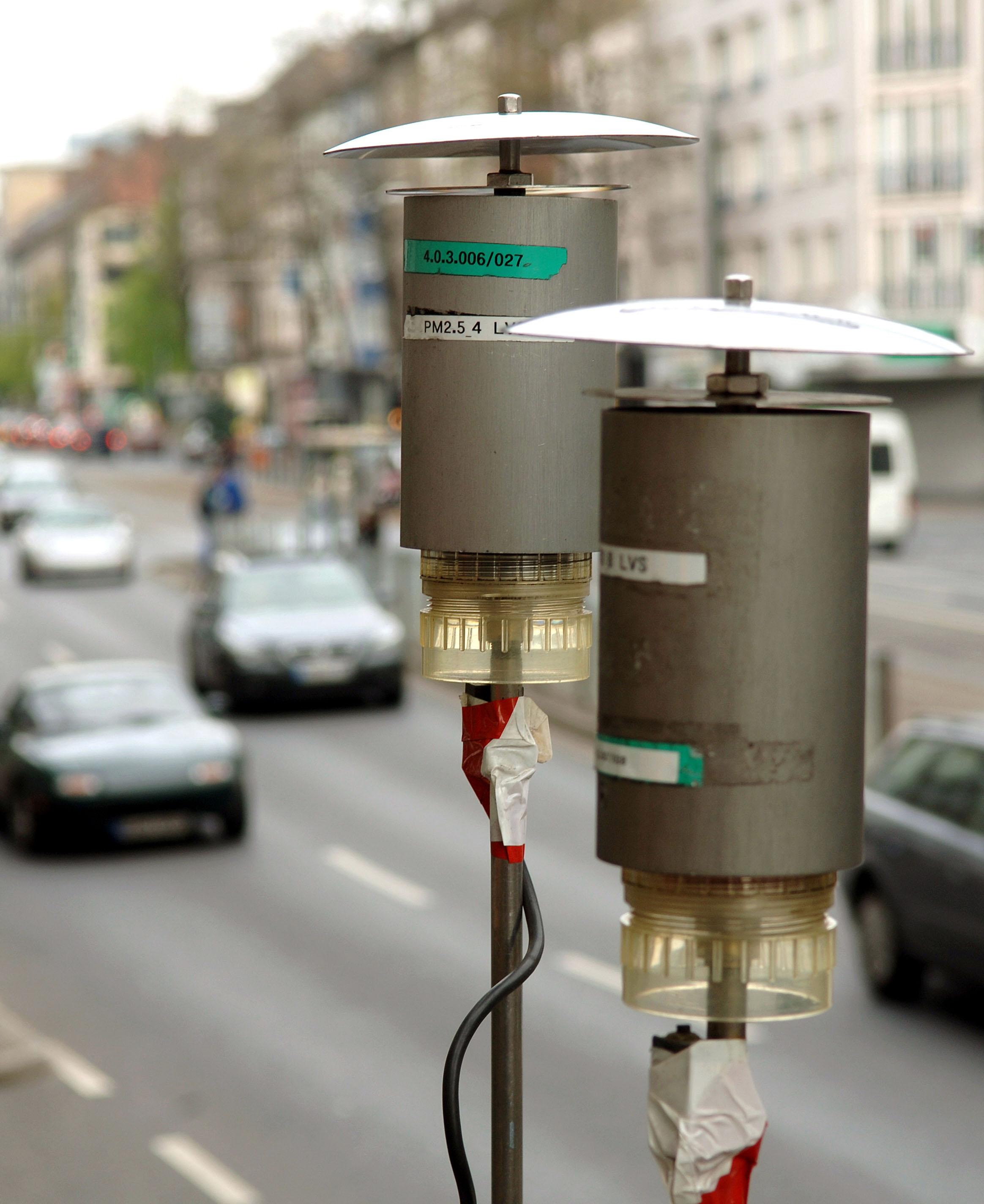 Zwei Messsonden zur Bestimmung der Feinstaubbelastung an der Corneliusstraße in Düsseldorf: In zahlreichen Städten drohen schon 2918 Fahrverbote für Dieselautos.