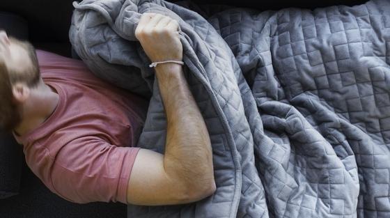 Gravity: Eingenähte Plastikkügelchen machen diese Decke zu einem Schwergewicht. Und die Last soll dem Nutzer zu schnellem Einschlafen verhelfen.