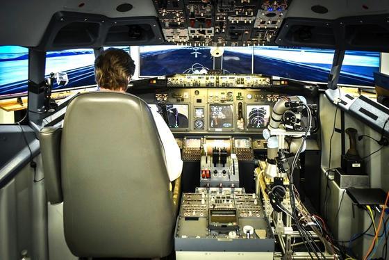 Ein Team: Pilot und Roboter könnten schon bald gemeinsam im Cockpit sitzen. Das US-Unternehmen Aurora hat den Roboter Alias entwickelt, der im Notfall sogar das Steuer übernehmen und ein Flugzeug landen kann.