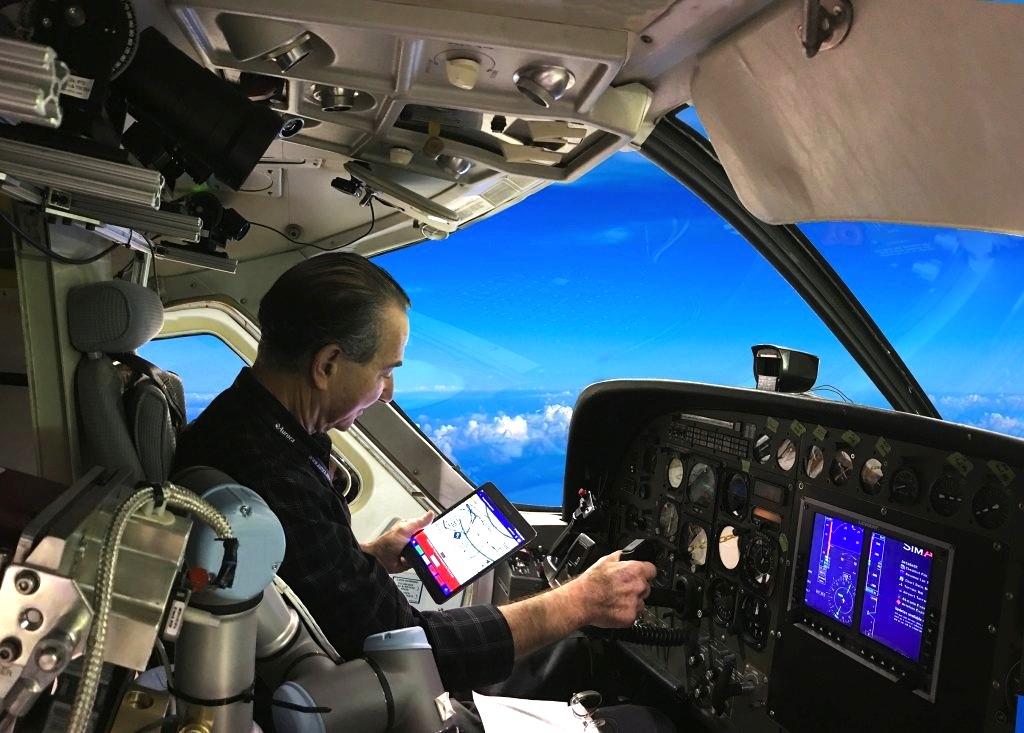 In der Regel soll der Roboter Alias den Piloten während des Fluges nur entlasten und nicht ersetzen. Dazu verfügt er über eine Tablet-Schnittstelle und Sprachsteuerung.