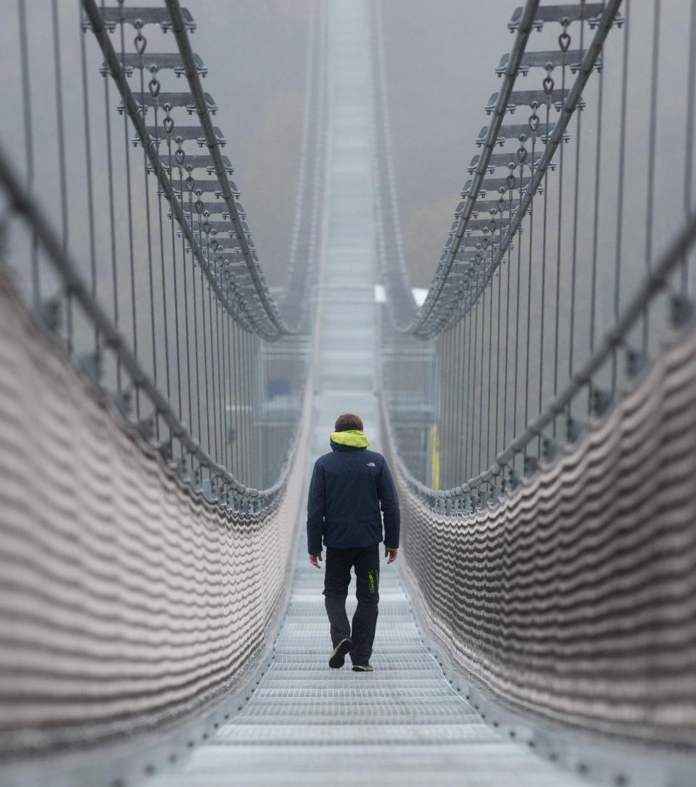 Die Hängeseilbrücke bei Oberharz am Brocken spannt sich auf 458,5 m über den FlussRappbode. Der Boden der Brücke besteht aus Gitterrosten aus Edelstahl – Durchblick garantiert.