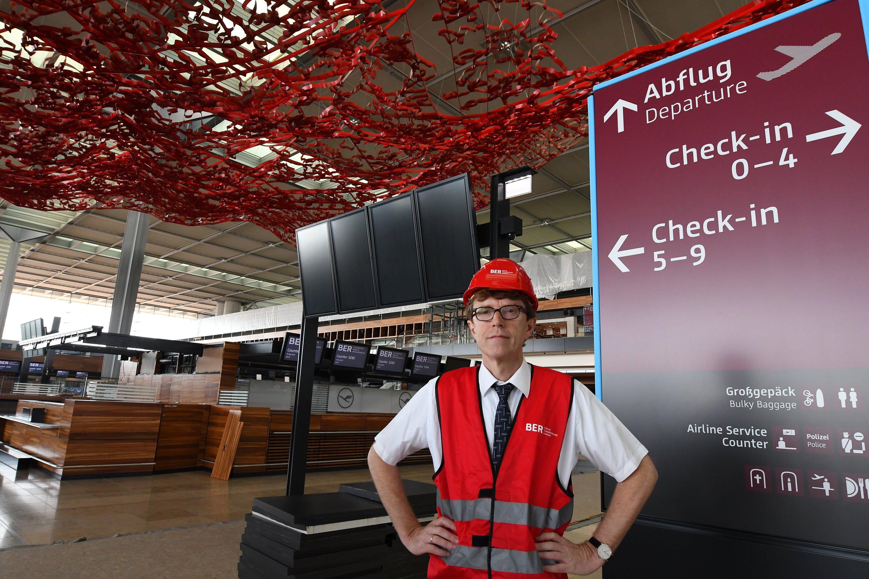 BER-Flughafenchef Engelbert Lütke Daldrup im unfertigen Flughafenterminal: Er will jetzt stärker auf die Kosten und die Bauzeit achten. Deshalb baut der BER jetzt nur noch Hallen im Industriestandard.