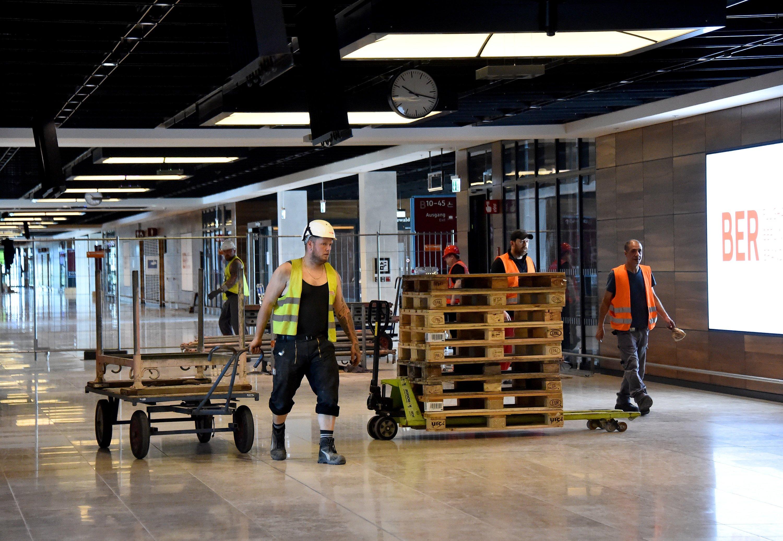 Palettentransport im BER-Terminal: So sehen die Bauarbeiten im Hauptstadtflughafen aus.