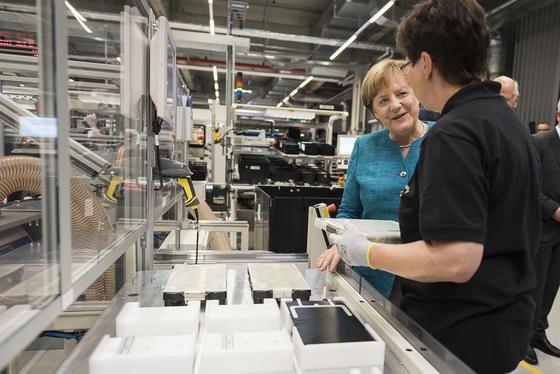 Aus der neuen Produktionsstätte in Kamenz sollen die Batterien sämtlicher Elektrofahrzeuge von Mercedes und Smart kommen.