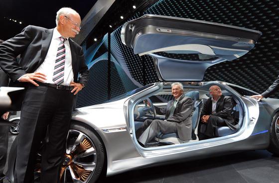 Daimler-Chef Dieter Zetsche (l.) mit Ministerpräsident Winfried Kretschmann im Konzeptautos F125 auf der IAA: Sieben Daimler-Standorte wurden von Staatsanwälten durchsucht. Der Hersteller steht ebenfalls im Verdacht, bei Dieselabgaswerten manipuliert zu haben.