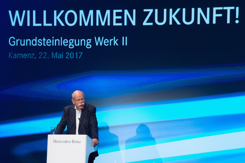 Einen Tag vor der Razzia sonnte sich Daimler-Vorstandschef Dieter Zetsche noch bei der Grundsteinlegung für eine neue Batteriefabrik im sächsischen Kamenz.