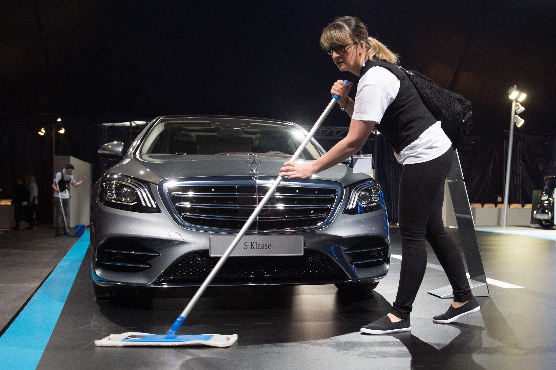 Ganz so sauber wie gedacht sind die Diesel von Mercedes wohl doch nicht. Wie schon VW und Audi steht nun auch Daimler im Verdacht, die Abgaswerte von Dieselfahrzeugen nur mit Manipulationssoftware einzuhalten.