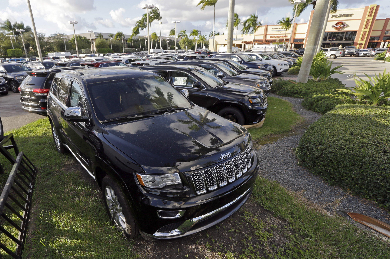 Jeep Grand Cherokees bei einem Fiat Chrysler-Händler in Florida: Die US-Umweltbehörden haben den Verdacht, dass nach VW auch Fiat Chrysler die Abgasreinigung seiner Dieselfahrzeuge manipuliert.