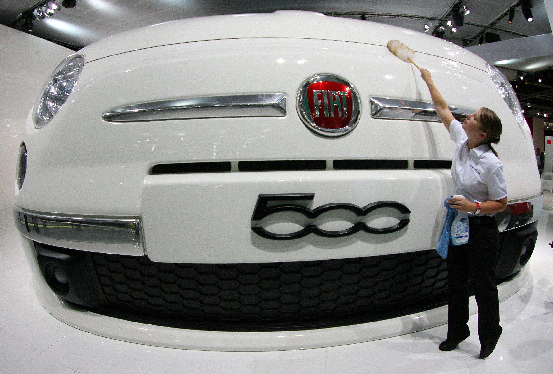 Frontpartie eines riesigen Fiat 500-Modells auf der IAA: Der kleine Fiat ist groß ins Gerede gekommen. Er verfügt wie offenbar auch andere Fiat-Modelle über eine Abschaltvorrichtung der Abgasreinigung. Nach 22 min schaltet sich die Technik ab, der NOx-Ausstoß schießt in die Höhe.