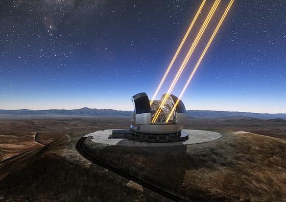 Diese künstlerische Darstellung zeigt das Extremely Large Telescope auf dem Cerro Armazones im Norden Chiles in Betrieb. Das Teleskop ist hier zusammen mit den eingeschalteten Lasern gezeigt, die künstliche Sterne in der Hochatmosphäre erzeugen. An der Grundsteinlegungszeremonie für das Teleskop am 26. Mai 2017 nahm die chilenische Präsidentin Michelle Bachelet Jeria teil.<strong></strong>