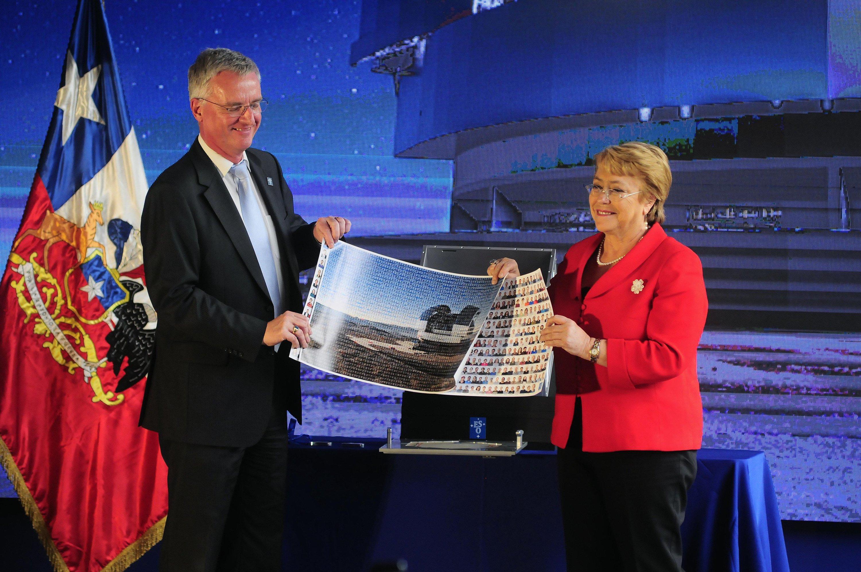 Die chilenische Präsidentin Michelle Bachelet (r.) hält zusammen mit ESO-GeneraldirektorTim de Zeeuw, ein Bild des zukünftig weltweit größten optischen Teleskops. In Atacama wurde am 26. Mai der Grundstein zu dessen Errichtung in Chiles Wüste gelegt.