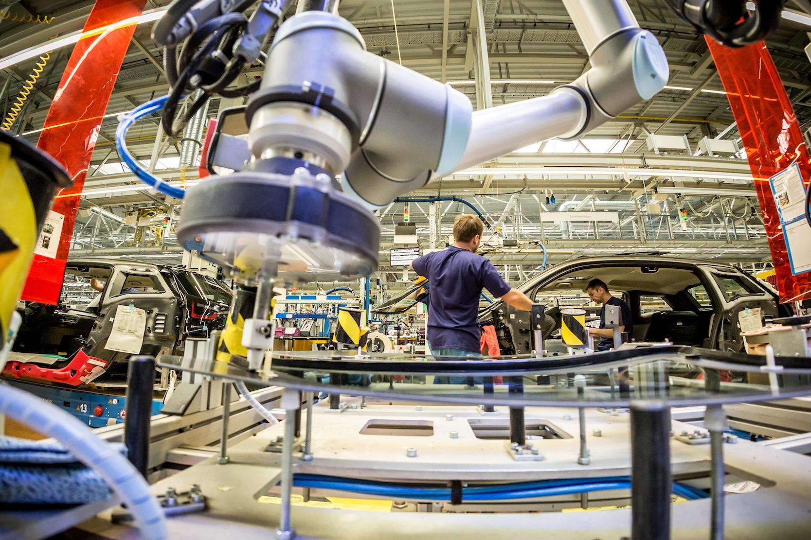 Teilweise haben die Autohersteller bis zu 30 tägliche Lieferfenster, in denen Zulieferer ihre Produkte in bestimmter Reihenfolge ans Band liefern müssen. Die Just-in-time-Produktion ist dadurch extrem störungsanfällig geworden.