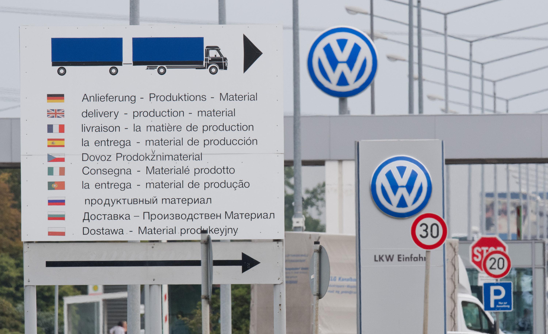 Lkw-Zufahrt für Zulieferer des VW-Werks in Wolfsburg: Inzwischen kann jedes Einzelteil, das nicht rechtzeitig angeliefert wird, die Produktion unterbrechen.