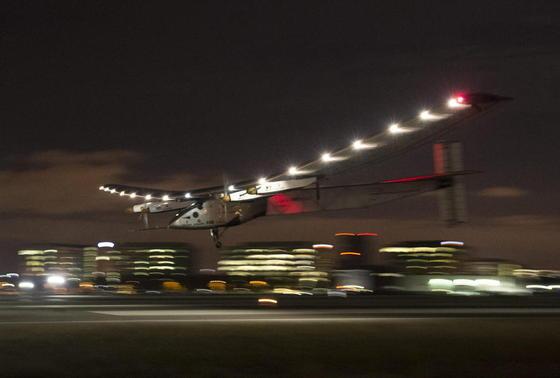 Fliegen nur mit Solarstrom – und dann um die ganze Welt: Das ist mit der Solar Impulse gelungen. Dafür waren die Piloten ein Jahr und vier Monate unterwegs. 2019 soll ein Solarflieger die Runde um die Erde in einem Rutsch schaffen und dafür rund 120 Stunden benötigen.