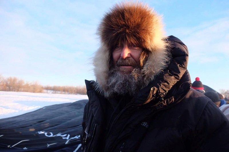 Der 65-jährige AbenteurerFjodor Konjuchow segelte 2016 in elf Tagen alleine in einem Heißluftballon (im Hintergrund) um die Welt. Und stellte damit einen neuen Weltrekord auf. 2019 soll er in einem Solarflugzeug in 120 Stunden die Erde umrunden.
