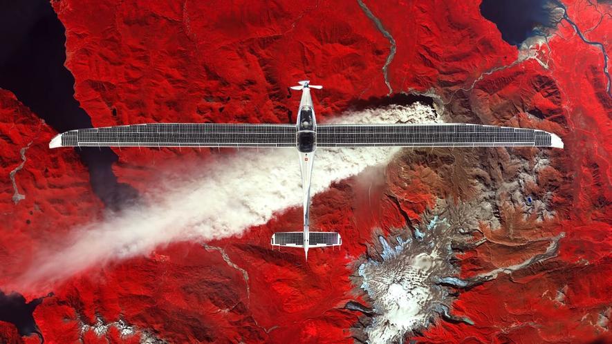 Das Solarflugzeug Elektra-2 soll künftig in Höhen von 20 km dauerhaft stationiert werden. Durch die Nähe zur Erde sind deutlich bessere Aufnahmen der Erdoberfläche möglich als durch Satelliten. Zudem kann das Flugzeug Internet auf der Erde anbieten. Jetzt hat die Elektra-2 ihren Jungfernflug erfolgreich absolviert.