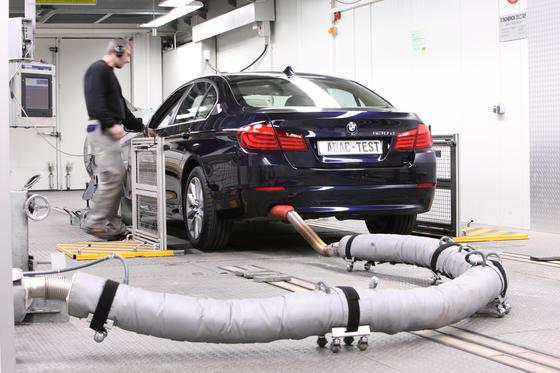 Abgas-Messungen am Endrohr sollen für alle Autos verpflichtend werden.