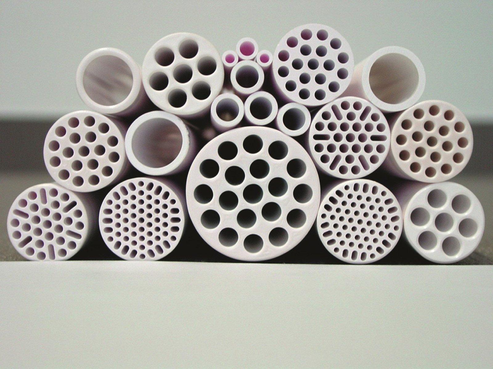 Durch keramische Rohre wird das Wasser mit Überdruck gepumpt, die unerwünschten Bestandteile treten dann durch die winzigen Poren an der Außenseite des Rohres aus.