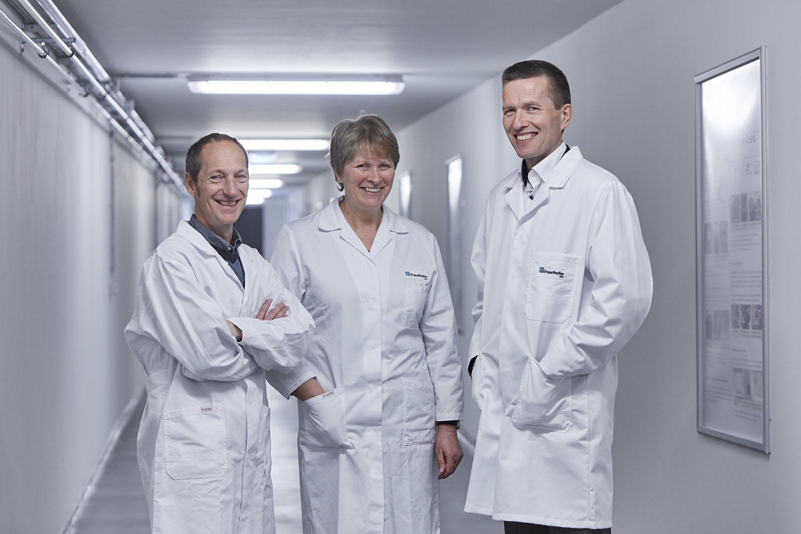 Die von Hannes Richter, Petra Puhlfürß und Ingolf Voigt (v.l.n.r.) entwickelten keramischen Membranen erreichen erstmals eine molekulare Trenngrenze von 200 Dalton. Dadurch lassen sich Abwässer noch effizienter reinigen.