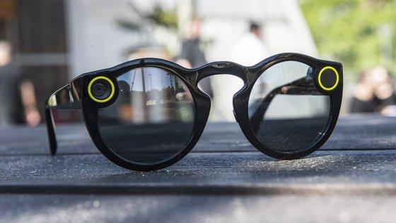 Spectacles:Die Brille der Betreiberfirma Snap liegt am 2. Juni 2017 in Berlin auf einem Tisch. Auf Knopfdruck kann der Besitzer bis zu zehn Sekunden lange Videos aufnehmen, die dann bei Snapchat hochgeladen werden können. Die Kamera sitzt im linken Brillenbügel. Rechts leuchtet bei Aufnahme dann ein Licht auf. Die Kamera-Sonnenbrille wird nun in Europa in gelben Automaten – sogenannten Snapbots – angeboten und kostet 149,99 Euro.
