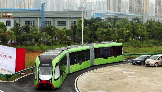 ART (Autonomous Rail Rapid Transit): Der smarte Zug folgt vorher festgelegten Routen. Diese sind durch weiße Linien – virtuelle Schienen – auf dem Boden gekennzeichnet. Mithilfe von Sensoren folgt das Fahrzeug der Markierung und überwacht zugleich mit Radarsensoren den fließenden Verkehr.