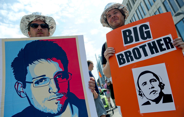 Demonstration für Edward Snowden 2013 in Hannover: Der Whistleblower lebt in russischem Asyl, weil ihm in den USA eine lebenslängliche Haft droht. Nun haben NSA und FBI die Whistleblowerin Reality Winner verhaftet, die einen geheimen NSA-Bericht an die Enthüllungsplattform The Intercept weitergeleitet hat.